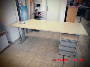 Schreibtisch-mit-Rollcontainer
